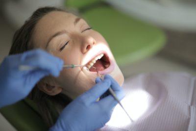 frau-liegt-bei-zahnarzt-behandlung