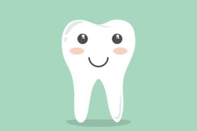 Lachender-Zahn-auf-grünem-Hintergrund