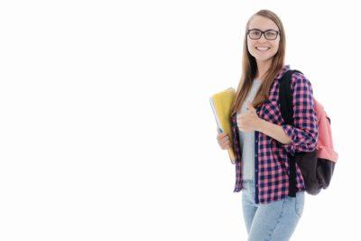 Lehrnende-mit-Schulunterlagen-stehend-daumen-hoch